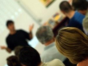 Adultos en clase escuchando