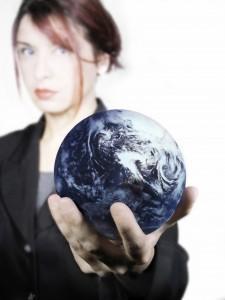 Una mujer con el mundo en la mano