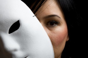 Una mujer detrás de una máscara